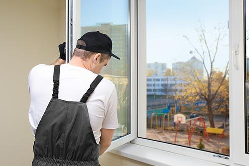 Fachmonteur arbeitet an offenem Fenster